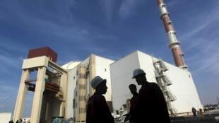 Funcionários iranianos na frente da usina nuclear de Bushehr, que fica a cerca de 1.200 km ao sul de Teerã. Foto de 26 de outubro de 2010.