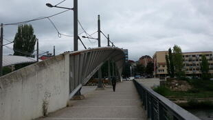 The bridge in Mitrovica - between Kosovo and Serbia - remains blocked, despite a political accord to open it up again.