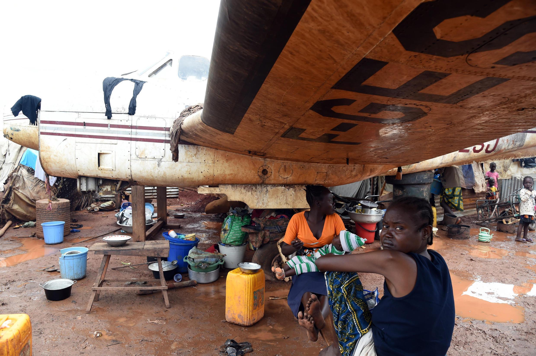 La Binuca a réalisé une série de six entretiens avec des enfants vivant dans le camp de déplacés de l'aéroport de M'Poko à Bangui.
