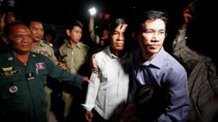 Les anciens journalistes de Radio Free Asia, Uon Chhin et Yeang Sothearin, après leur libération sous caution, à Phnom Penh, le 21 août 2018.