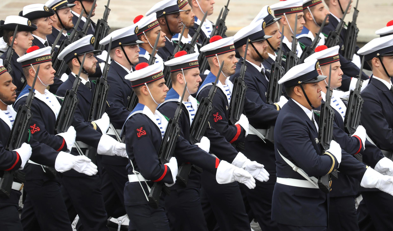 """Моряки экипажа авианосца """"Шарль де Голль"""". Национальный праздник Франции. Площадь Согласия в Париже 14 июля 2020."""