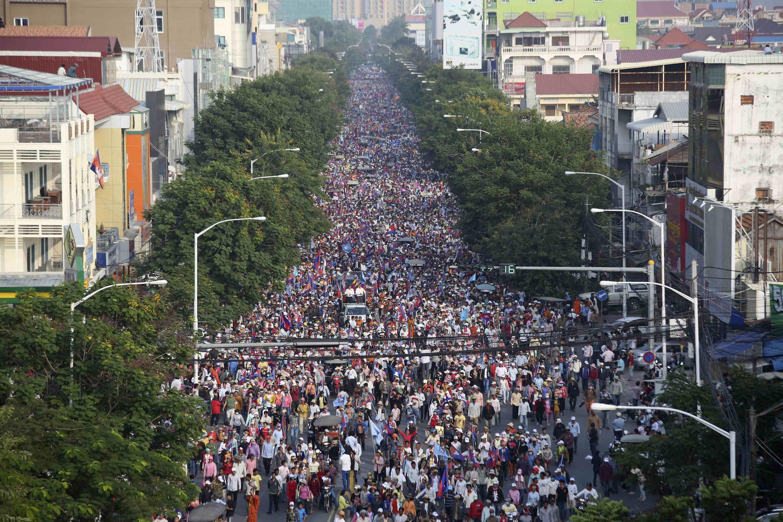 Des dizaines de milliers de partisans de l'opposition cambodgienne, appuyés par les ouvriers en grève du secteur du textile, ont manifesté dimanche dans les rues de Phnom Penh.