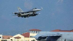 Un avion de chasse américain F-16 décolle de la base d'Incirlik, dans le sud de la Turquie.