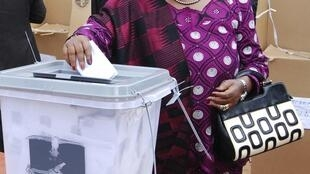 Raisi Joyce Banda akipiga kura yake 20 May 2014.