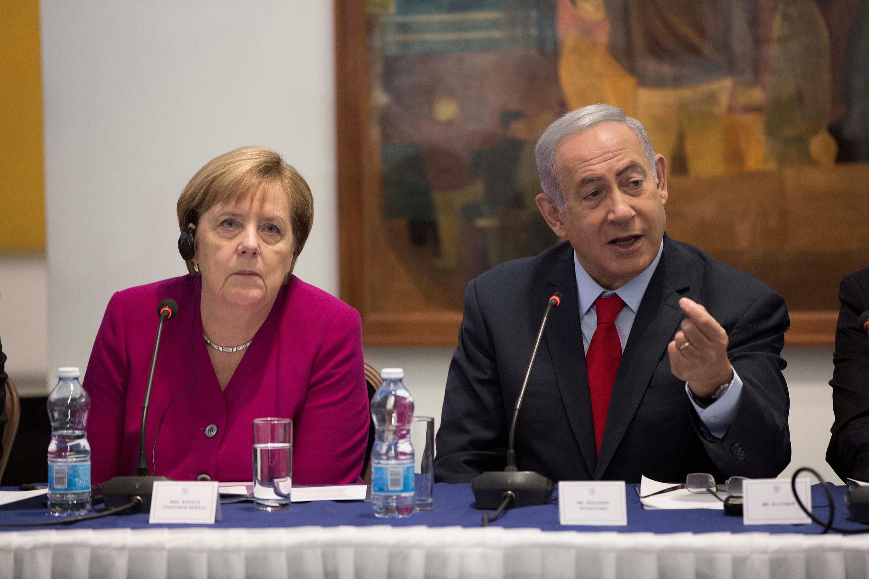 លោកស្រី Angela Merkel ខំផ្ទៀងស្តាប់សម្តីរបស់លោក Benjamin Netanyahu។ សារៈមន្ទីរក្រុងហ្ស៊េរុយសាឡឹម ថ្ងៃទី៤ តុលា ២០១៨