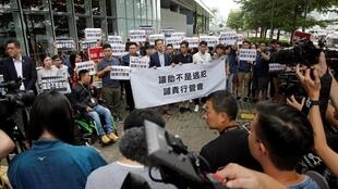 Người dân tập hợp trước Hội đồng Lập pháp Hồng Kông, ngày 11/06/2019.