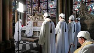 巴黎圣母院举行火灾后首次弥撒。