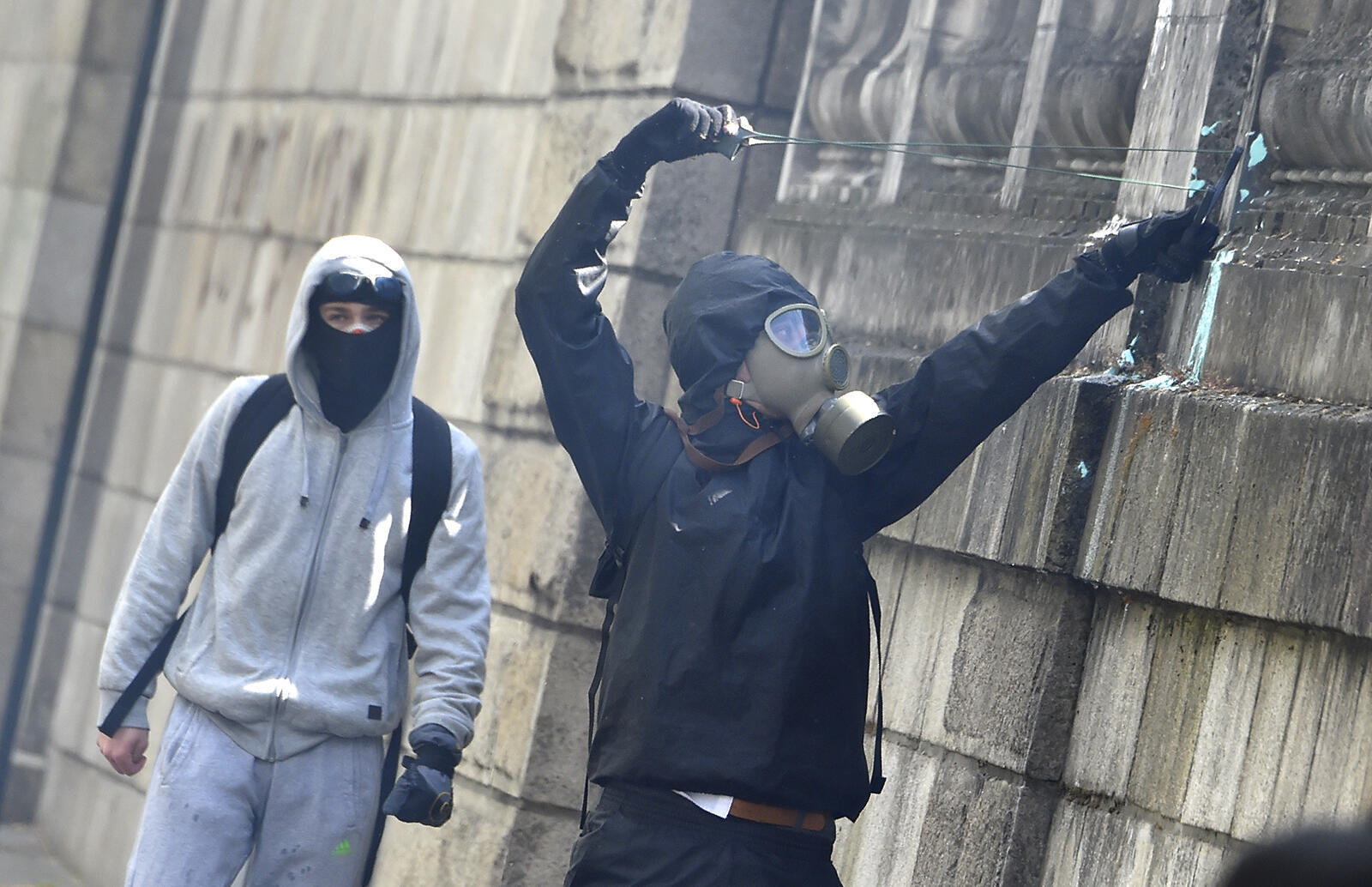 Как отмечают французские СМИ, участники беспорядков на парижских акциях протеста дейстуют организованно и используют рогатки для того, чтобы забрасывать полицейских булыжниками.