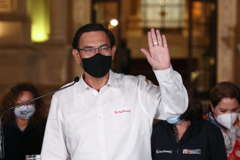 """""""Salgo del palacio de gobierno como entré hace dos años ocho meses: con la frente en alto"""", dijo Vizcarra."""