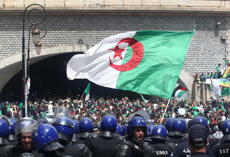 Les forces de l'ordre ont dressé une muraille pour interdire aux manifestants l'accès aux principales artères, à Alger, le 12 avril 2019.