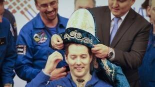 Le spationaute Thomas Pesquet à Karaganda avec le chapeau traditionnel du Kazakhstan sur la tête.