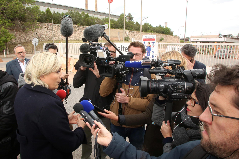 Марин Ле Пен в ходе визита на завод на юге Франции, 30 апреля 2017 года