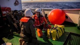 Des membres de l'équipage du navire d'Open Arms se préparent à évacuer un bébé et sa mère à Malte, le 21 décembre 2018.