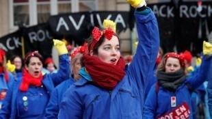 Militantes feministas durante una performance en la manifestación contra la reforma del sistema de pensiones, el 24 de enero de 2020 en París.