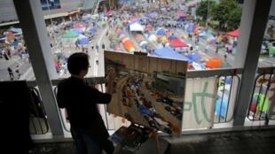Pintor fazendo um quadro dos manifestantes instalados no meio da avenida de Hong Kong. 14/10/14