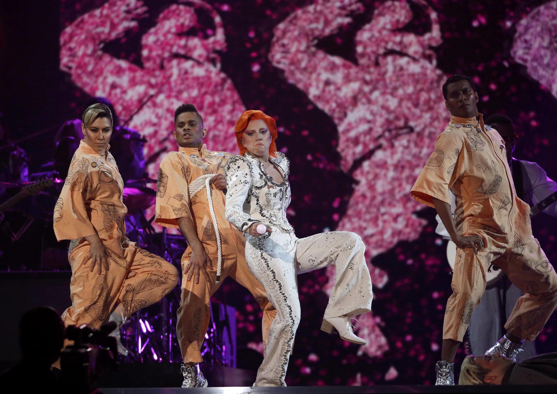 "Леди Гага исполняет песни Дэвида Боуи на церемонии ""Грэмми"" 15 февраля 2016"