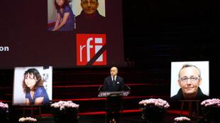 Глава МИД Франции Лоран Фабиус выступает во время гражданской панихиды по Жислен Дюпон и Клоду Верлону в музее набережной Бранли, Париж, 6 ноября