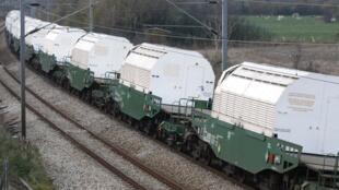 Состав с контейнерами для транспортировки ядерных отходов.