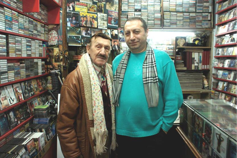 Kâbil, fidèle client d'Erol Yakar, vendeur de cassettes audio et de disques vinyles depuis 30 ans.