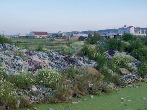 Habitations à proximité d'une décharge sauvage. Le gouvernement socialiste d'Edi Rama veut favoriser l'importation de déchets étrangers alors que le pays a déjà du mal à traiter ses propres ordures.