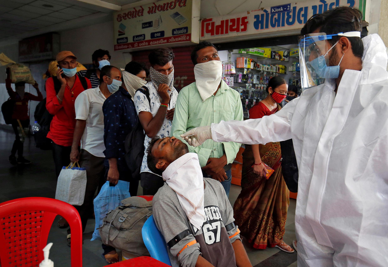 Nhân viên y tế xét nghiệm tìm virus corona tại một bến xe buýt ở Ahmedabad, Ấn Độ. Ảnh chụp ngày 13/07/2020.