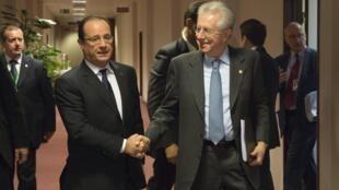 O presidente François Hollande e o primeiro-ministro italiano, Mario Monti durante reunião em Bruxelas, 23 de Novembro 2012