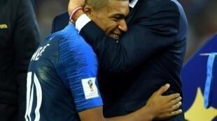 馬克龍在世界盃頒獎台上與姆巴貝擁抱。2018-07-18