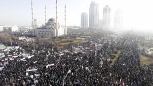 Milhares de pessoas se reúnem em Grozni, a capital da Chechênia, em uma manifestação convocada pelas autoridades para protestar contra as caricaturas de Maomé.