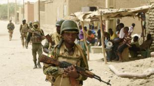 L'armée malienne, déjà mobilisée dans le nord du pays (ici à Goundam, près de Tombouctou), est désormais déployée face aux jihadistes dans le sud du pays.