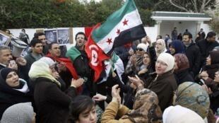 Wasu masu zanga-zangar adawa da gwamnatin Assad sun yi da'ira a ofishin kedancin kasar Syria a Tunisia