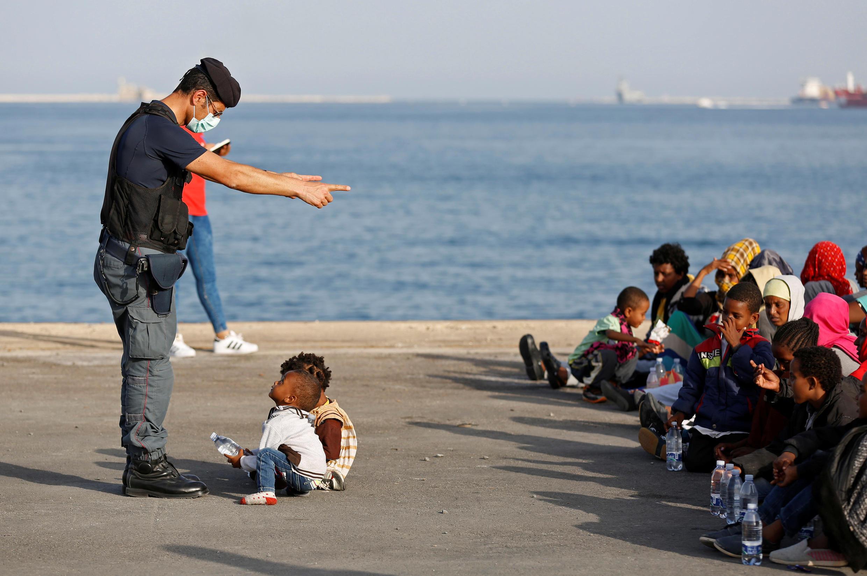 Около 400 мигрантов высадились на пляже Сицилии.