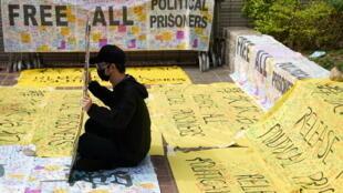"""2021年3月1日,47名香港民主派人士在西九龍法院出庭。他們被指控""""串謀顛覆國家政權""""罪名。許多支持者到法庭玩聲援,在各種抗議橫幅上簽名,表達支持。"""