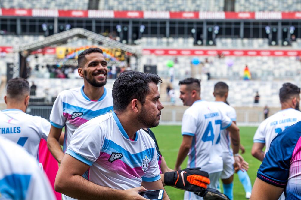 Paulo Henrique, sorrindo à esquerda, em campo com o uniforma do Bharbixas