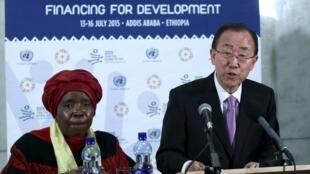 O secretário-Geral Ban Ki-moon (d), junto à presidente da Comissão da União Africana, Nkosazana Dlamini-Zuma, durante a Conferência da ONU sobre o Financiamento do Desenvolvimento, na Etiópia.