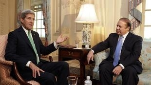 A Washington, Nawaz Sharif (d) s'est déjà entretenu avec le secrétaire d'Etat John Kerry.