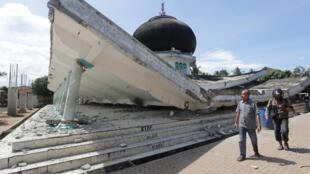 Nhà thờ Hồi giáo tại Meuredu, trong tỉnh Aceh bị đọng đất phá sập ngay 08/12/2016.