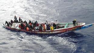 Dezenas de clandestinos do norte da África se amontoam em barcos sem segurança, tentando chegar à Espanha.
