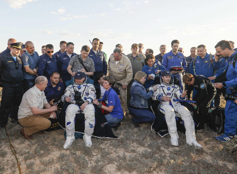 Thomas Pesquet et Oleg Novitski à leur arrivée sur Terre, le 2 juin au Kazakhstan.