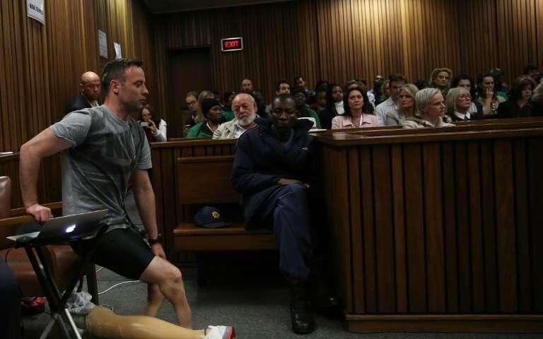 Bingwa wa zamani wa michezo ya walemavu, Oscar Pistorius, akijiandaa na kutembea mahakamani bila miguu yake bandia Pretoria Juni 15, 2016.