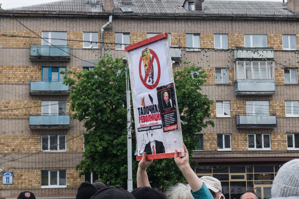 Пикеты по сбору подписей за альтернативных кандидатов в президенты Беларуси. Комаровский рынок в Минске 31 мая 2020.