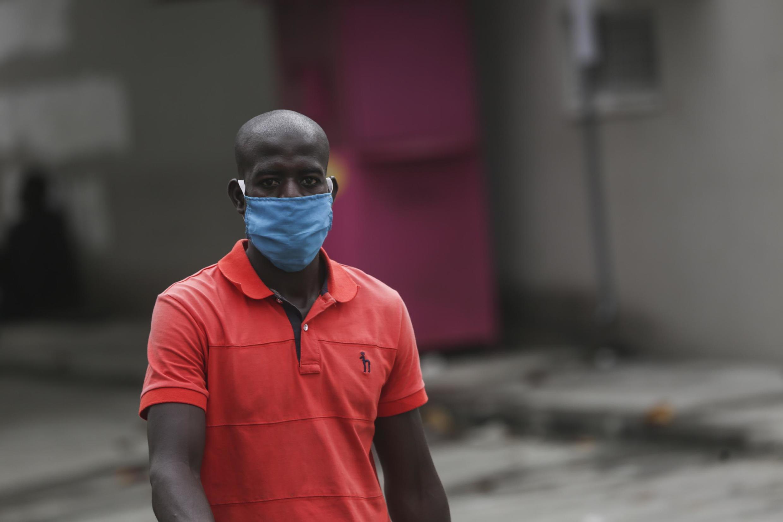 Un homme portant un masque à Libreville le 8 avril 2020 (image d'illustration).