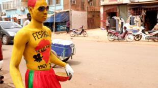 Abdoulaye Nikiema, 22 ans, normalement électricien dans le bâtiment, s'est déguisé dans les couleurs du Fespaco pour arpenter les rues d'Ouagadougou « pour faire plaisir aux festivaliers ».