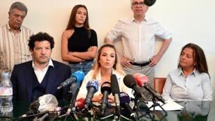 Sofia Chouviat,filha  do estafeta morto no dia 5 de Janeiro, duranten uma conferência de imprensa em Paris no dia 23 de Junho, em que a família Chouviat reclamava o indiciamento dos polícias envolvidos no fatídico controlo.