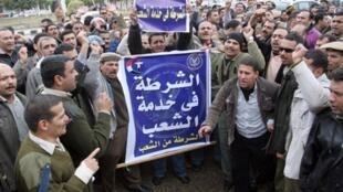 Des travailleurs en colères manifestent dans les rues pour obtenir des hausses de salaires et de meilleures conditions de travail, le 16 février 2011.
