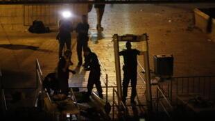 Les forces de sécurité israéliennes retirent les portiques de sécurité installés à la porte des Lions, principale porte d'accès à la mosquée Al-Aqsa, le 24 juillet 2017.