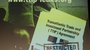 Cópia do documento confidencial projetado pelo Greenpeace na fachada do Parlamento alemão.