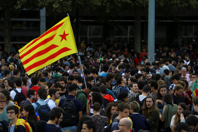 После объявления об аресте двух лидеров неправительственных организаций на улицы Барселоны вышли тысячи протестующих.