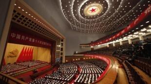 Vista general de la gran sala de deliberaciones en el Palacio del Pueblo, Pekín, durante la instalación del 18° Congreso del Partido Comunista Chino, el 8 de noviembre.