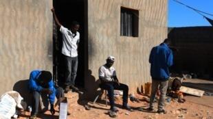 Wahamiaji wa Kiafrika katika mji wa Bani Walid, kando ya jangwa, kilomita 170 kusini mwa jiji la Libya, Tripoli, Desemba 12, 2017.