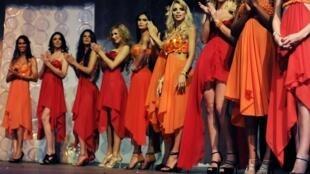 Des transesexuelles, lors du premier concours pour élire Miss transsexuelle Brésil 2012, à Rio de Janeiro.
